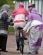 Cyklande invandrarkvinnor