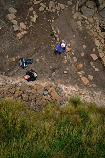 Alice och Aaron utför en fotogrammetrisk dokumentation vid en arkeologisk trench i Noltland.