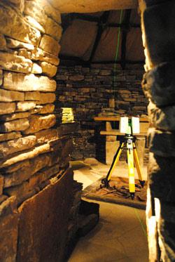 En laserskanner i ett återskapat hus i Skara Brae på Orkney.