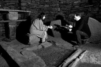 Filmning av en live-sekvens inne i den 4000 år gamla ruinen i Skara Brae.
