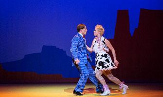 Denny Lekström som Bobby Barn och Jenny Holmgren som Polly Baker i Crazy for you på Göteborgsoperan. Foto: Mats Bäcker