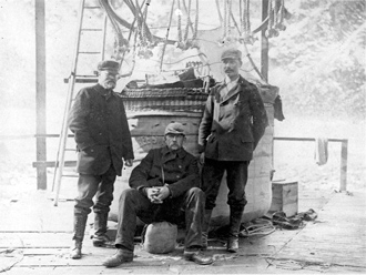 Från vänster ser vi Nils Ekholm, Salomon August Andrée och Nils Strindberg. Dessa tre utgjorde expeditionen som gjorde första flygförsöket mot nordpolen 1896. De fick aldrig sydlig vind och var tvungna att packa ihop och åka hem. Där hoppade Nils Ekholm av expeditionen då han ansåg det för riskabelt. Bilden ger oss bra bild av polarkostymerna. Fotograf okänd.