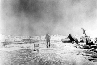 Bilden är tagen vid landningsplatsen, juli 1897. Här stannade de en vecka för att förbereda sin färd tillbaka mot land. Fotograf Nils Strindberg.