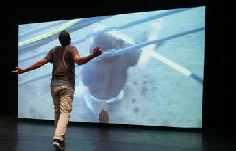Föreställningen Archive av och med Arkadi Zaides. Foto av Gadi DAgon.