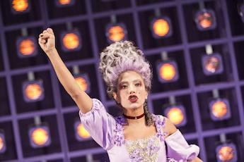 Evin Ahmad som Marie Antoinette