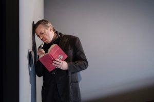 Fredrik Evers som Francois i Underkastelse på Göteborgs Stadsteater. Foto: Ola Kjelbye
