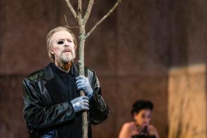 Anders Lorentzon som guden Wotan och i bakgrunden Katarina Karnéus som Fricka - foto: Mats Bäcker