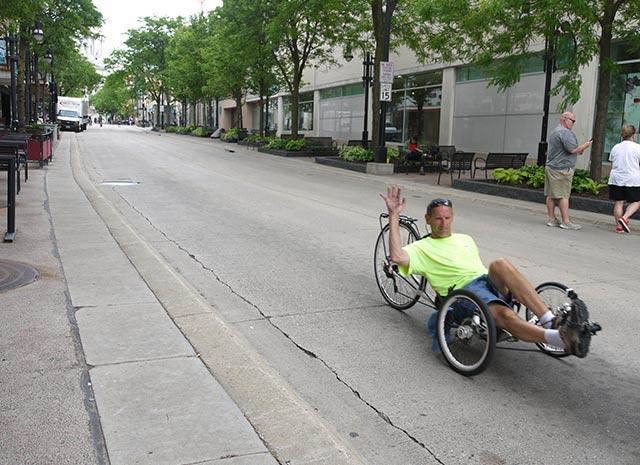 Cyklist på bilfri gata i Hilldale.